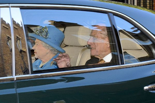 La llegada de la reina de Inglaterra y su marido, el príncipe Felipe de Edimburgo, los bisabuelos de Jorge, a la capilla de St. James.