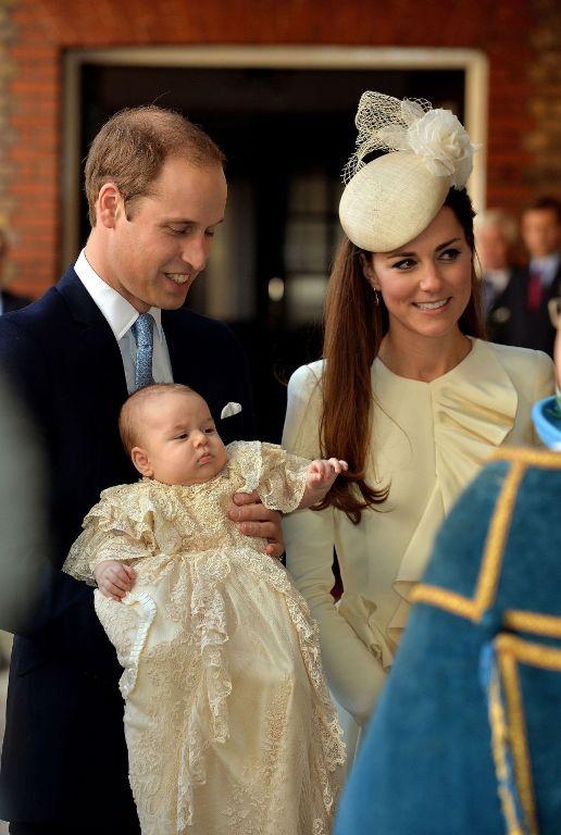 El príncipe Jorge y sus padres, a su llegada a la capilla del palacio de St. James. JOHN STILLWELL (AP)
