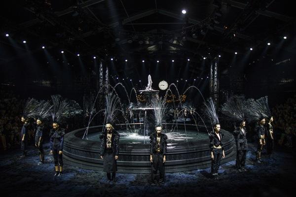 Las modelos presentan las creaciones de Marc Jabocs para la colección de confección primavera/verano 2014 de Louis Vuitton, el miércoles 2 de octubre del 2013 en París. (AP Foto/Jacques Brinon)