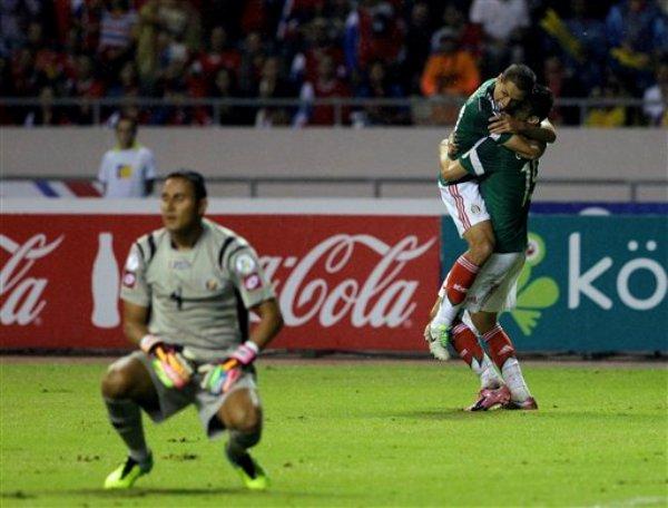 El jugador de México, Oribe Peralta, derecha, festeja con su compañero Javier Hernández tras anotar un gol contra Costa Rica en las eliminatorias mundialistas el martes, 15 de octubre de 2013, en San José, Costa Rica. (AP Photo/Moises Castillo)