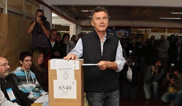 El alcalde de Buenos Aires, el opositor y líder del partido PRO, Mauricio Macri, es visto hoy, 27 de octubre de 2013, ejerciendo su derecho al voto en la ciudad de Buenos Aires. EFE/Mónica Carbó
