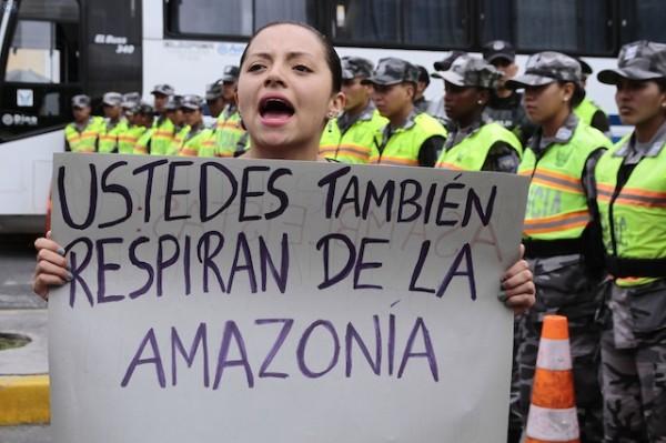 Una mujer protesta contra la explotación del Yasuní en los exteriores de la Asamblea. Foto: API - Juan Cevallos