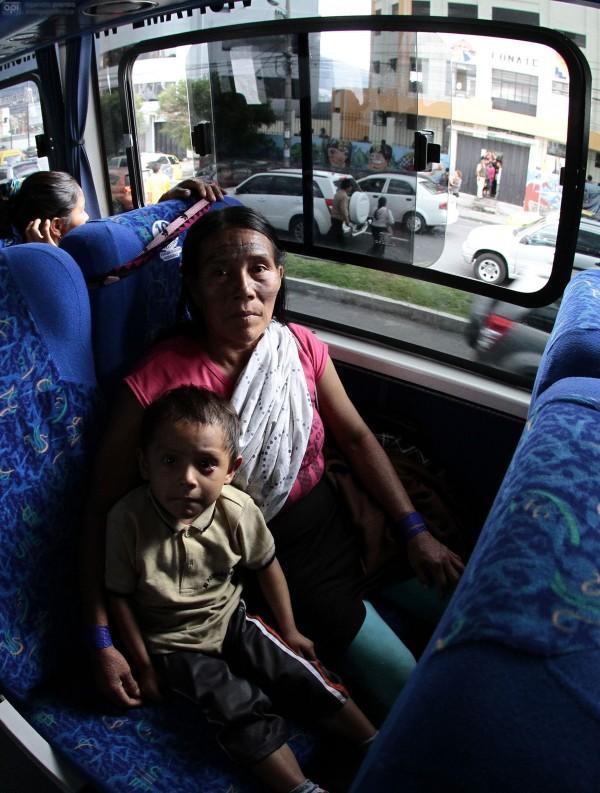 QUITO 23 DE OCTUBRE 2013. Mujeres amozonicas regresan a casa. FOTOS API / JUAN CEVALLOS.