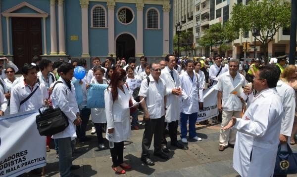 La mañana de este jueves un grupo de médicos realizaron un plantón en la plaza de San Francisco para reclamar por el articulado aprobado por la mayoría oficialista de la Asamblea Nacional. Martín Herrera