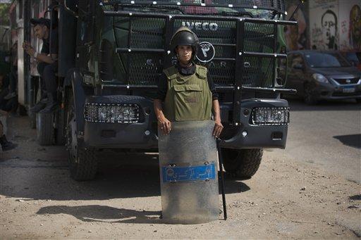 Un policía antimotines egipcio permanece vigilante en la plaza Tahrir, en El Cairo, Egipto, el miércoles 2 de octubre de 2013. (Foto AP/Hassan Ammar)