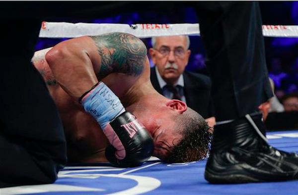 El puertorriqueño Orlando Cruz yace en la lona tras ser noqueado por el mexicano Orlando Salido en el séptimo asalto de la pelea por el título de los pluma de la Organización Mundial de Boxeo, el sábado 12 de octubre de 2013, en Las Vegas (AP Foto/Julie Jacobson)