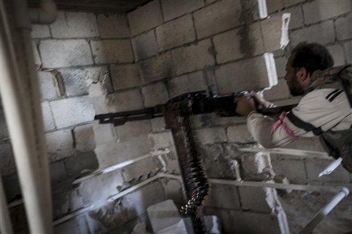 Un rebelde dispara contra fuerzas del gobierno sirio en Maaret al-Numan, provincia de Idlib, Siria, el martes 8 de octubre de 2013. (Foto AP)