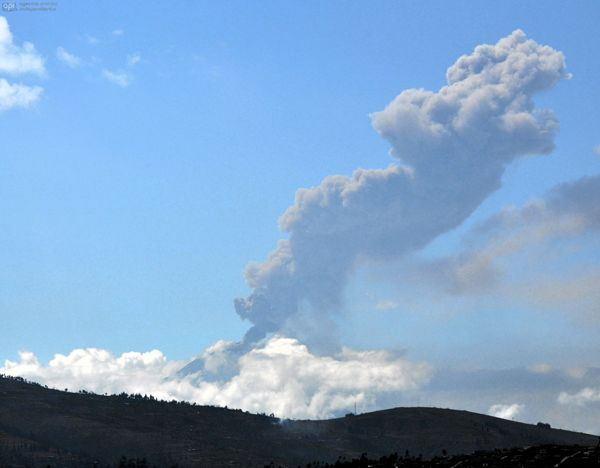 Ambato, 18 de octubre del 2013Una explosión cargada de ceniza del volcán Tungurahua, la foto fue captada desde AmbatoAPIFOTO: Carlos Campaña