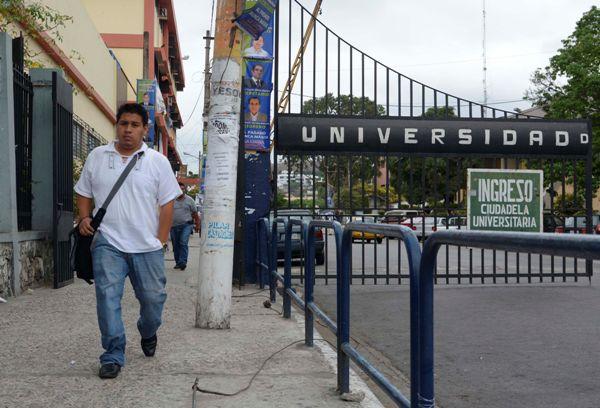 Guayaquil 23 de Octubre del 2013. Universidad de Guayaquil. El Consejo de Educacion Superior (CES) intervendrá la Universidad de Guayquil, asi lo indicó  su principal Rene Ramirez. Foto: API / Marcos Pin