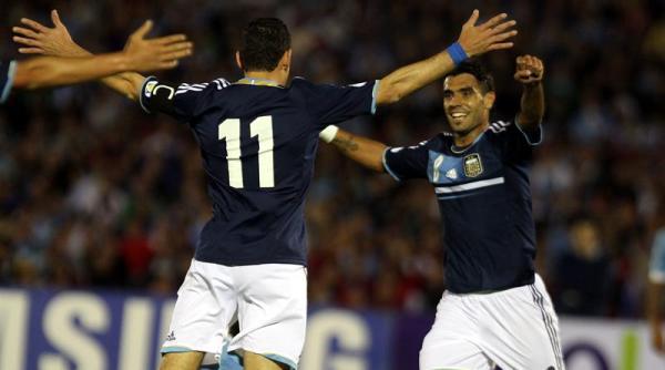 Los jugadores de la selección argentina Maximiliano Rodríguez (i) y Augusto Fernández (d) celebran un gol ante Uruguay, en un partido de la última fecha de la clasificación sudamericana para el Mundial de Brasil 2014, hoy, martes 15 de octubre de 2013, en el Estadio Centenario, en Montevideo (Uruguay). EFE/Iván Franco