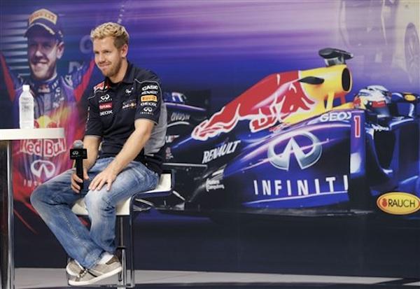 El piloto de Red Bull, Sebastian Vettel, sonríe en una actividad con fanáticos el miércoles, 9 de octubre de 2013, en Yokohama, Japón. (AP Photo/Shizuo Kambayashi)