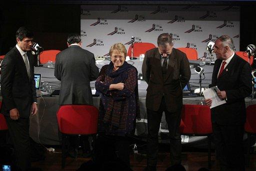 Los candidatos presidenciales de Chile, de izquierda a derecha, Franco Parisi, Michelle Bachelet, Tomas Jocelyn-Hold y Ricardo Israel se reúnen para un debate en Santiago