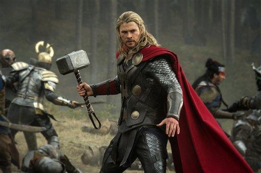 """Chris Hemsworth en una escena de  """"Thor: The Dark World"""" en una fotografía publicitaria proporcionada por Walt Disney Studios y Marvel. La película se estrena en Estados Unidos el viernes 8 de noviembre de 2013. (Foto AP/Walt Disney Studios/Marvel, Jay Maidment)"""