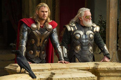 """Chris Hemsworth, izquierda, y Anthony Hopkins en una escena de  """"Thor: The Dark World"""" en una fotografía publicitaria proporcionada por Walt Disney Studios y Marvel. La película se estrena en Estados Unidos el viernes 8 de noviembre de 2013. (Foto AP/Walt Disney Studios/Marvel, Jay Maidment)"""