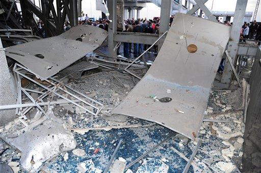 En estsa foto difundida por la agencia noticiosa oficial siria SANA se ven los escombros de una estación de autobuses que fue atacada por un coche-bomba en Sumariya, al sudoeste de Damasco, Siria, el martes 26 de noviembre del 2013. (AP Foto/SANA)