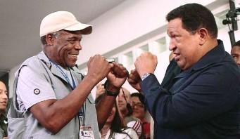 El actor DannyGlover y el fallecido Hugo Chávez.