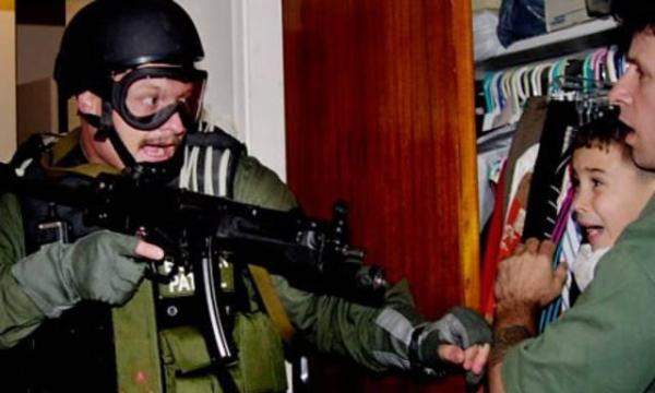 El niño Elián González, en 1999, cuando fue arrebatado por la policía estadounidense a su familia en Miami, para devolverlo a su padre en Cuba.