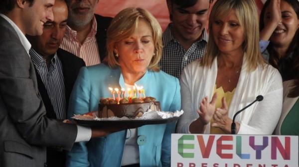 La oficialista Evelyn Matthei celebra su cumpleaños en plena campaña electoral en Santiago de Chile.