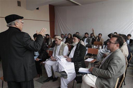 Delegados afganos escuchan un mensaje del presidente de su comité en el segundo día de la Loya Jirga, consejo consultivo, en Kabul, Afganistán, el viernes 22 de noviembre de 2013. El presidente Hamid Karzai pidió el jueves a los ancianos tribales que aprueben un pacto de seguridad con Washington para que los efectivos estadounidenses puedan permanecer otra década en el país, hasta 2024. (AP Foto/Rahmat Gul)
