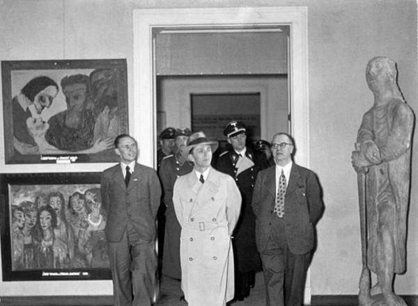 """El Ministro de Propaganda Joseph Goebbels en una """"Entartete Kunst"""" o Galeria del Arte Degenerado."""