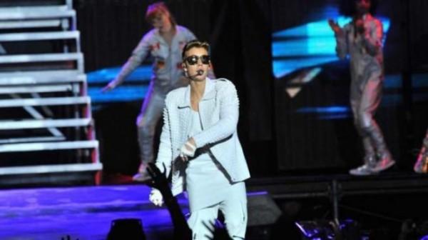 Justin Bieber de blanco