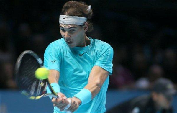 Rafael Nadal durante el encuentro en que venció a Roger Federer en semifinales de la Copa Masters en Londres el 10 de noviembre del 2013 (AP Foto/Alastair Grant)