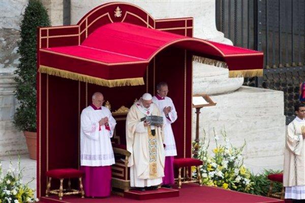 El papa Francisco (centro) sostiene una caja en la que se conservan las reliquias de San Pedro durante la misa del domingo 24 de noviembre de 2013. (Foto de AP/Andrew Medichini)