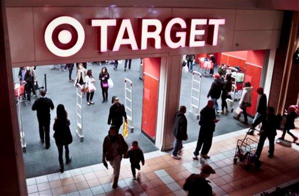 Compradores vistian la tienda Target en busca de rebajas en Nueva York, el sábado 23 de noviembre de 2013. (AP Foto/Bebeto Matthews)