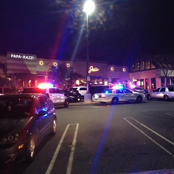 La policía se mantiene afuera del The Garden State Mall y tienen cercado todo el lugar.