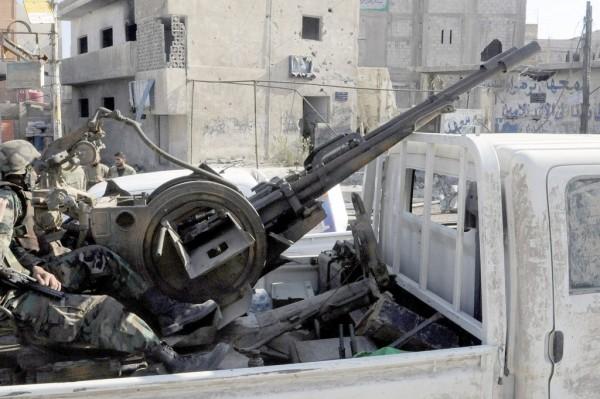 Fotografía facilitada por la agencia oficial de noticias siria (SANA) que muestra a un varios soldados sirios con un equipo antiaéreo en la localidad de Hejeira, en Damasco (Siria), hoy, miércoles 14 de noviembre de 2013. Los enfrentamientos entre las fuerzas del régimen de Damasco y los insurgentes se intensificaron hoy en la ciudad de Alepo y su periferia, en el norte de Siria, donde los grupos insurgentes están movilizando a sus combatientes. EFE