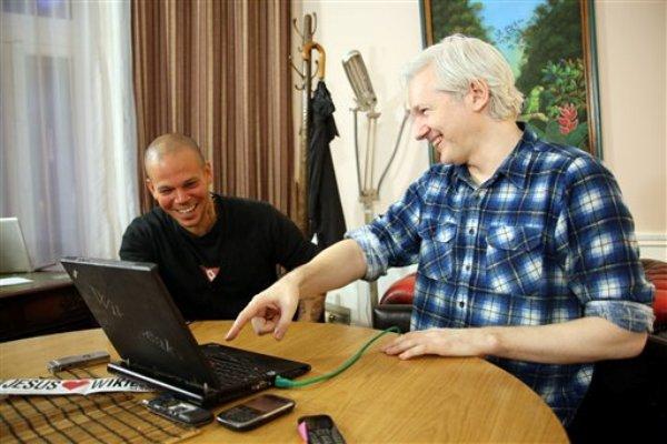 """René Pérez """"Residente"""" de Calle 13, izquierda, y el fundador de WikiLeaks Julian Assange, Foto de Archivo: La República."""