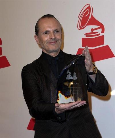 """Miguel Bosé, posa con el premio """"Persona del Año"""" de la Academia Latina de la Grabación. EFE/Paul Buck"""