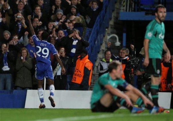 El camerunés Samuel Eto'o, del Chelsea, festeja un gol contra el Schalke, en un partido de la Liga de Campeones de Europa, disputado el miércoles 6 de noviembre de 2013 (AP Foto/Alastair Grant)
