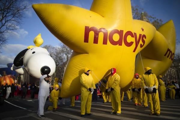 Personas encargadas de manejar globos aguardan antes de que comience el 87mo desfile anual de la tienda Macy's por el Día de Acción de Gracias, el jueves 28 de noviembre de 2013, en Nueva York. (Foto AP/John Minchillo)