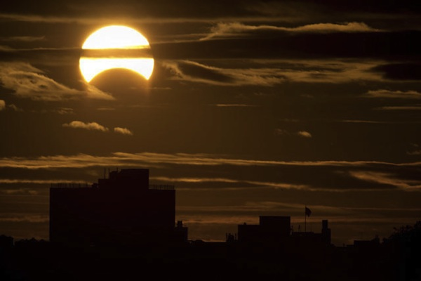 El eclipse parcial de sol, visto desde Nueva York, el 3 de noviembre de 2013.