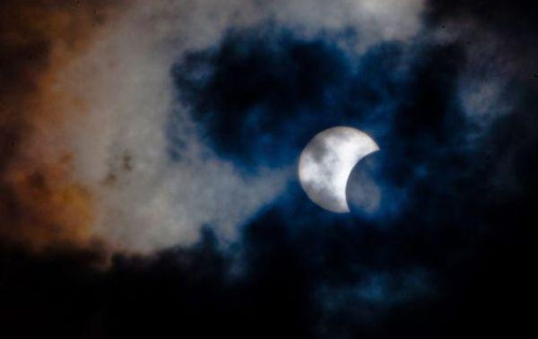 El eclipse del 3 de noviembre de 2013, visto desde las islas Canarias, en España.