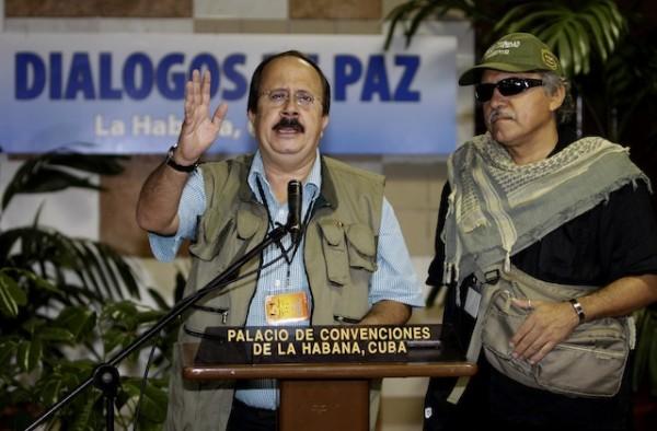 Andrés París, vocero de los negociadores de la guerrilla de las FARC, acompañado de otro delegado rebelde, Jesús Santrich, habla en rueda de prensa al comenzar una nueva reunión en el diálogo de paz con lo delegados del gobierno de Colombia en La Habana, Cuba, el miércoles 9 de octubre de 2014. (AP Photo/Franklin Reyes))
