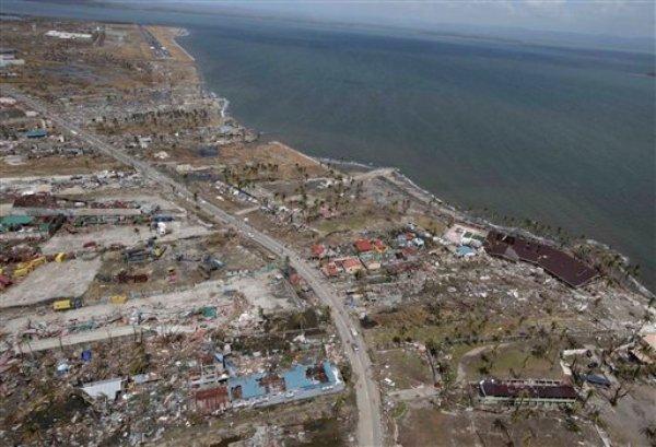 Foto tomada desde un helicóptero de la Fuerza Aérea de Filipinas que muestra la devastación causada por el tifón Haiyan en la ciudad de Tacloban, el lunes 11 de noviembre de 2013. El país enfrenta gravas problemas por los daños causados por el fenómeno natural y las condiciones sanitarias empeoran. (Foto de AP/Bullit Marquez)