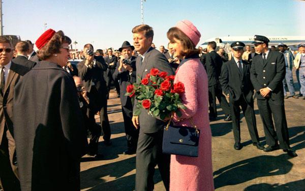 Kennedy y su mujer llega al aeropuerto de Dallas, el 22 de noviembre de 1963.