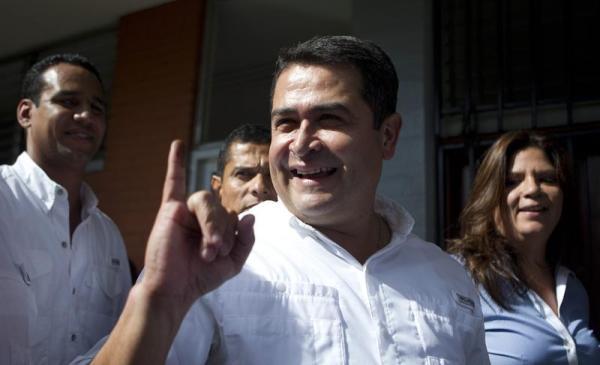 El candidato presidencial del Partido Nacional, Juan Orlando Hernández, muestra su dedo con tinta después de votar hoy, domingo 24 de noviembre de 2013, en Tegucigalpa (Honduras).   EFE/Saúl Martínez