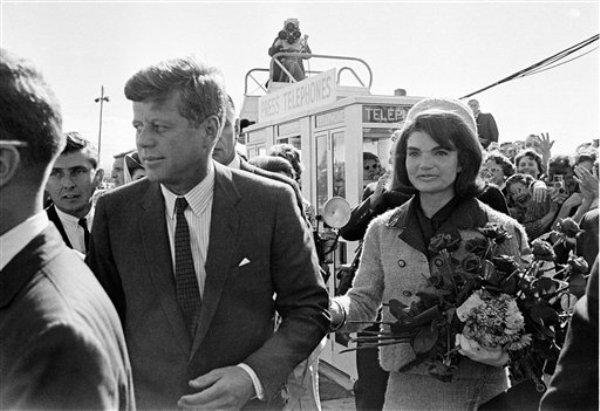 ARCHIVO - En esta foto de archivo tomada el 22 de noviembre de 1963, el presidente John F. Kennedy y su esposa, Jacqueline Kennedy, arriban al aeropuerto de Love Field en Dallas, mientras una cámara de televisión los sigue y los filma desde las alturas. (AP Foto / File)