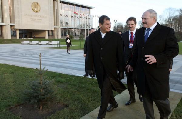 Minsk (Belarús), 31 de octubre de 2013.- El Presidente de la República, Rafael Correa, junto a su homólogo de Belarús, Alexander Lukashenco siembran un árbol en el patio del Palacio de la Independencia.