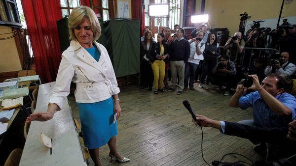 Arriba: La candidata presidencial de la coalición oficialista chilena Evelyn Matthei deposita su voto en las elecciones generales en Santiago, Chile, el domingo 17 de noviembre de 2013. (AP Photo/Victor Ruiz Caballero)