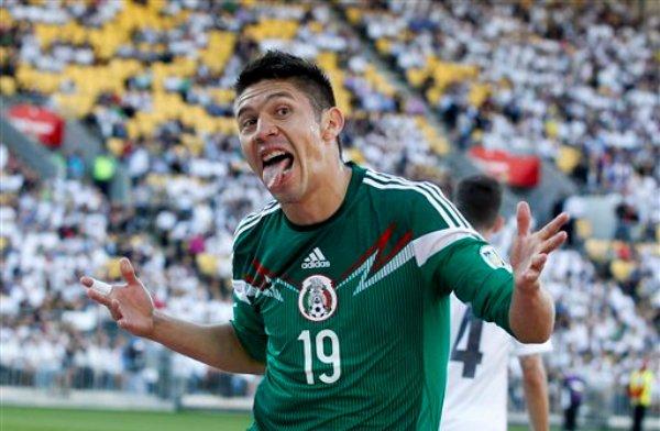 El delantero mexicano Oribe Peralta festeja un gol frente a la selección neozelandesa en su duelo de vuelta de la serie de repechaje al Mundial de Brasil 2014, en el Estadio Westpac de Wellington, Nueva Zelanda, el miércoles 20 de noviembre de 2013. México ganó el partido 4-2 y clasificó al Mundial. La selección mexicana había ganado 5-1 el duelo de ida en el estadio Azteca el viernes. (Foto AP/SNPA, John Cowpland)