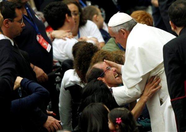El papa Francisco bendice a un feligrés discapacitado al final de una audiencia en el Vaticano, el sábado 9 de noviembre del 2013. (Foto AP/Riccardo De Luca)