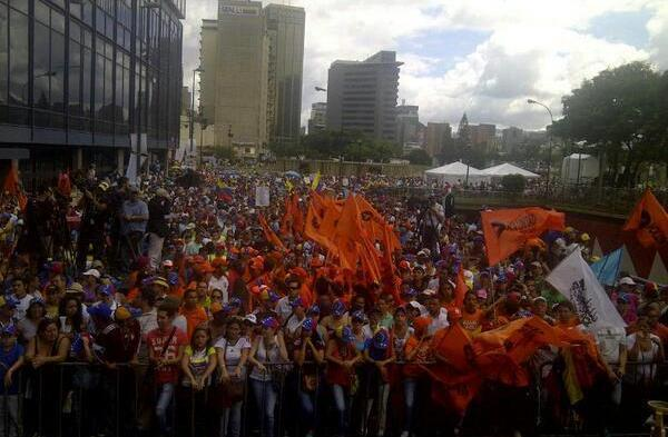 Simpatizantes del líder opositor Henrique Capriles festejan durante una protesta contra el presidente de Venezuela Nicolás Maduro en Caracas, Venezuela, el sábado 23 de noviembre de 2013. (Foto de AP/Fernando Llano)