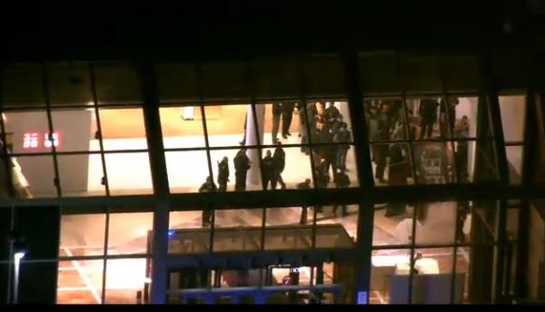 La policía ya se encuentra dentro del Mall.