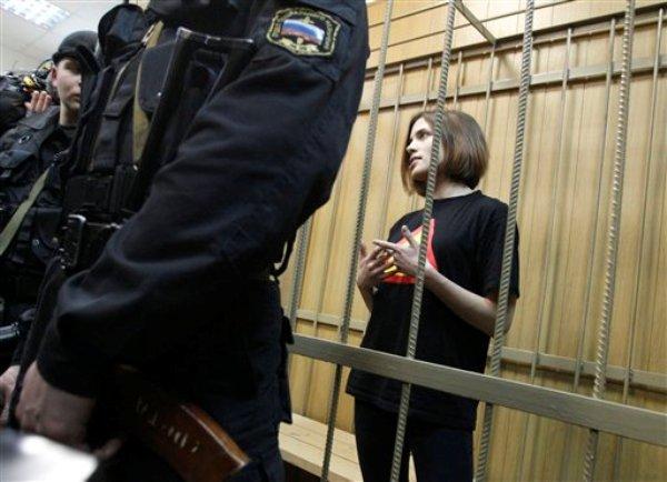 En esta fotografía del 19 de abril del 2012, Nadezhda Tolokonnikova, integrante del grupo femenino de punk-rock Pussy Riot, es vista en la jaula de acusados en un tribunal en Moscú.Tolokonnikova cumple dos años de prisión luego de la provocativa actuación de su grupo en la principal catedral ortodoxa de Moscú en el 2012. (Foto AP/Ivan Sekretarev)