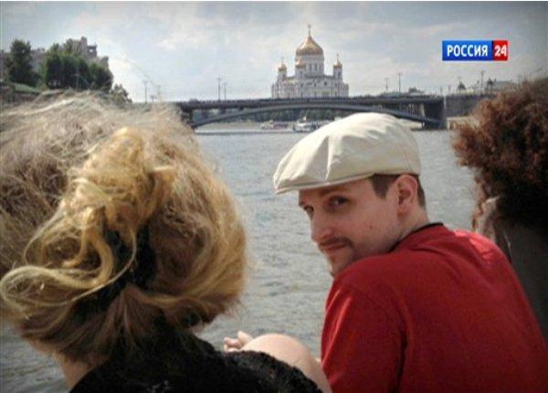 Esta fotografía tomada de un video facilitado por LifeNews vía Rossia 24 TV muestra al ex analista de la Agencia de Seguridad Nacional estadounidense, Edward Snowden, junto al río Moscú, en la capital rusa, con la catedral de Cristo Salvador al fondo. (Foto AP/LifeNews vía Rossia 24 TV)