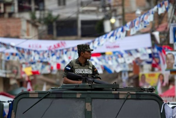 Un soldado custodia un centro de votación en Tegucigalpa, Honduras, el domingo 24 de noviembre de 2013. (AP foto/Moises Castillo)
